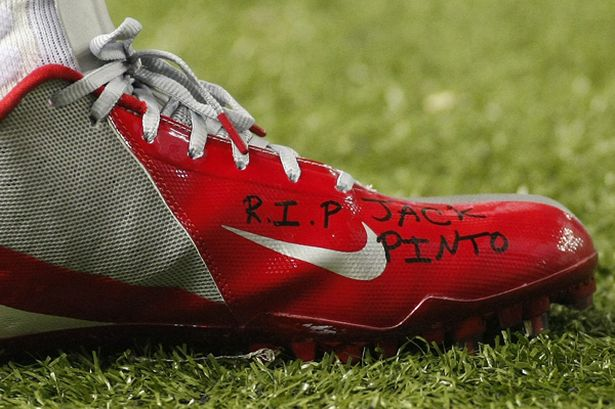 The+shoe+of+New+York+Giants+wide+receiver+Victor+Cruz+bears+the+words+R.I.P